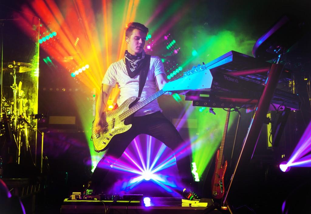 Tokio-Hotel-Live-Tour-Bill-Kaulitz-2015-06
