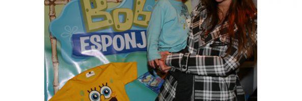 """Tamara Pettinato llevó a su hijo a  la función de prensa de """"Bob Esponja, la esponja que podía volar!"""" el domingo pasado en el Teatro Coliseo"""