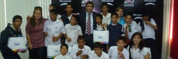 PERSONAL DONA CAMPERAS A LUSTRABOTAS DEL PALACIO DE JUSTICIA DE ASUNCIÓN
